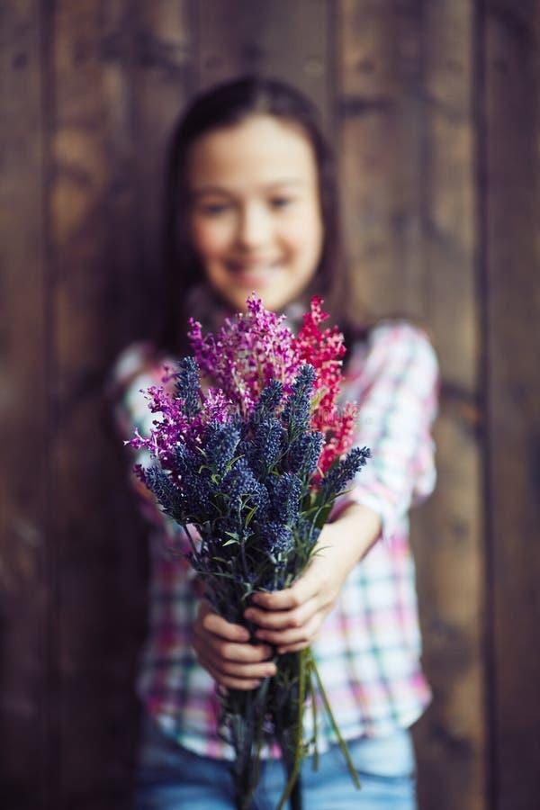 Het geven van bloemen royalty-vrije stock foto's