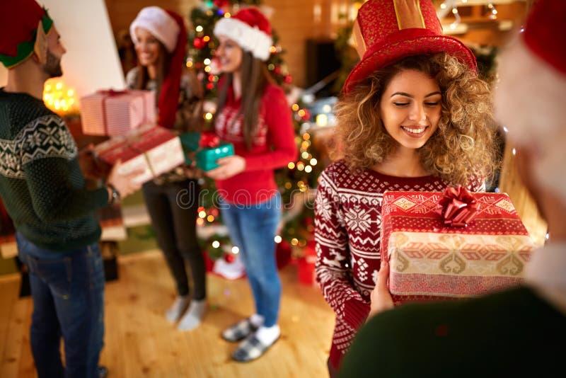 Het geven van giften voor Nieuwjaar royalty-vrije stock afbeelding
