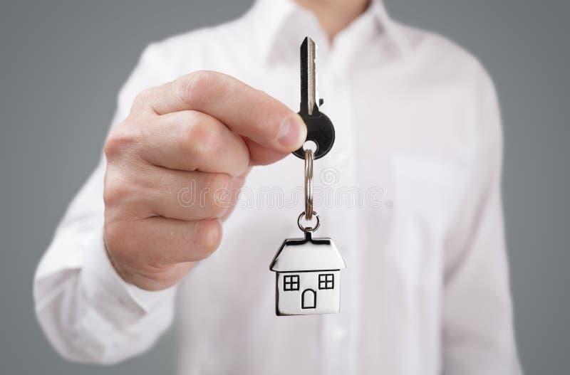 Het geven van huissleutel op keychain stock foto