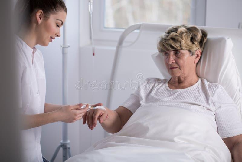 Het geven van injectie aan patiënt stock foto's
