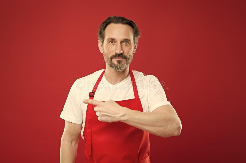 Het geven van instructies Kok met baard en snor de rode achtergrond van de slijtageschort Stellende kokende schort van de mensen  stock afbeelding