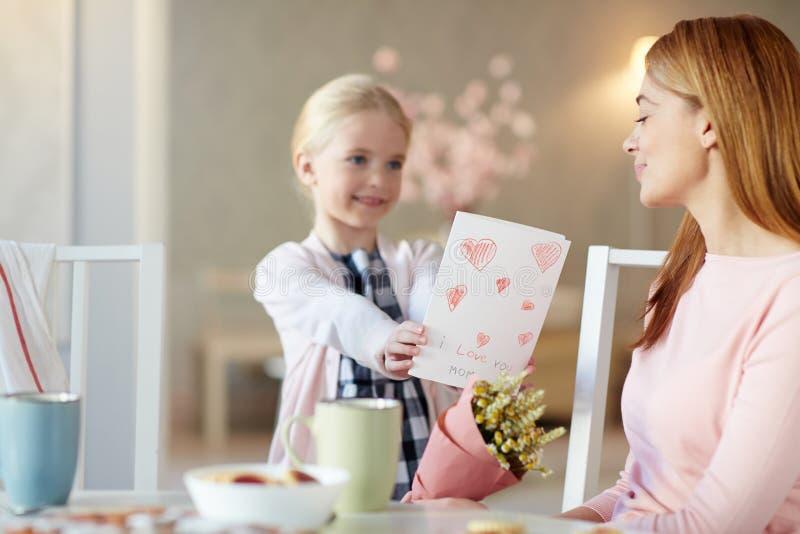 Het geven van kaart aan mamma royalty-vrije stock foto's