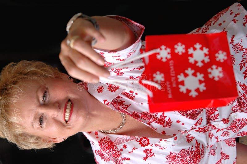 Het geven van Kerstmisgift royalty-vrije stock afbeelding