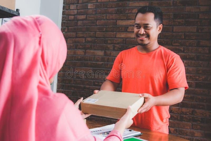 Het geven van pakket aan de leveringsdienst stock foto's