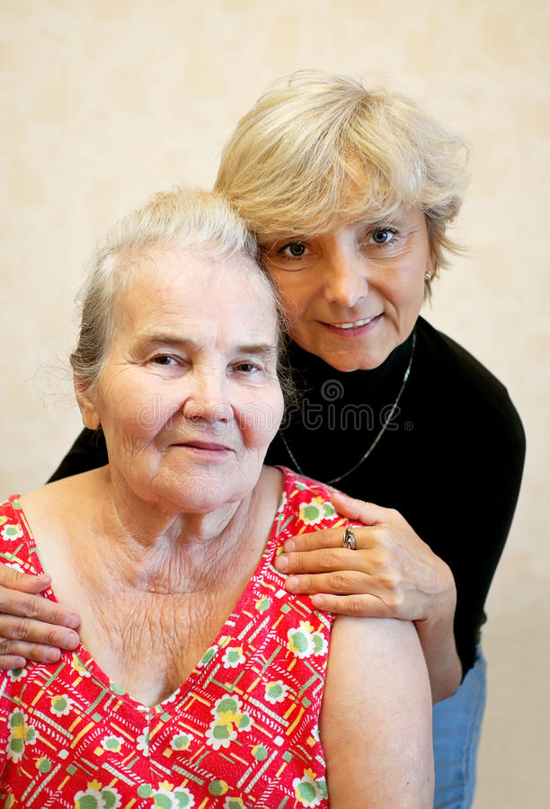 Het geven voor de bejaarden stock afbeelding
