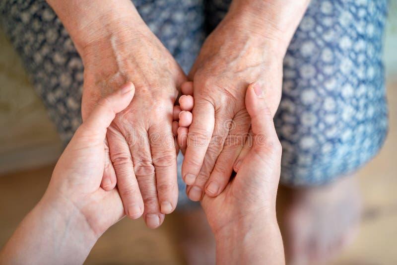 Het geven voor de oudere generatie Het geven voor de bejaarden stock fotografie