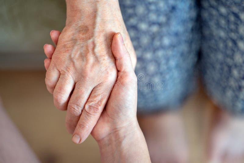 Het geven voor de oudere generatie Het geven voor de bejaarden stock afbeeldingen