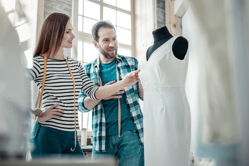Het gevoel van de manierontwerper stelde na het ontwerpen van verbazende kleding tevreden stock afbeelding