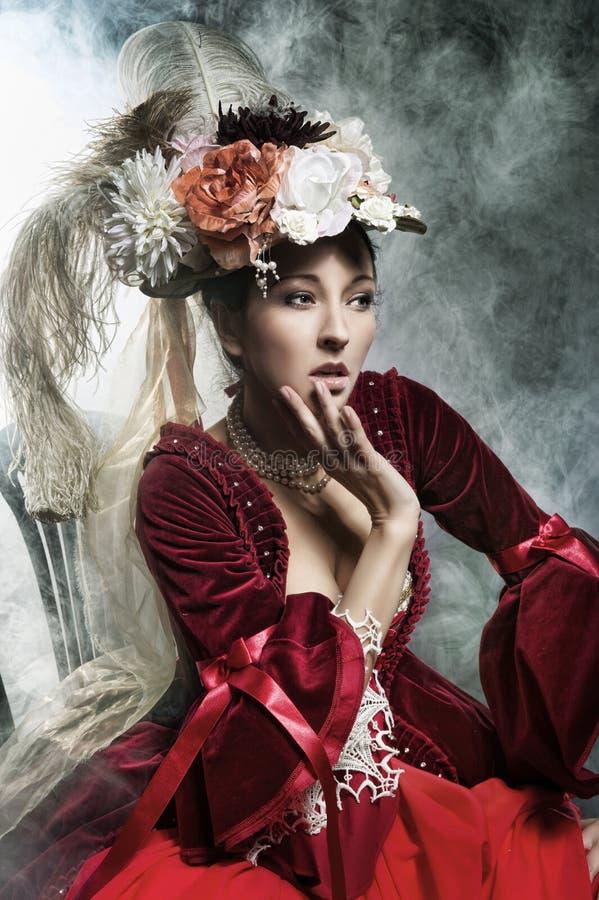 Het gevoelige donkerbruine stellen in een uitstekende kleding stock fotografie