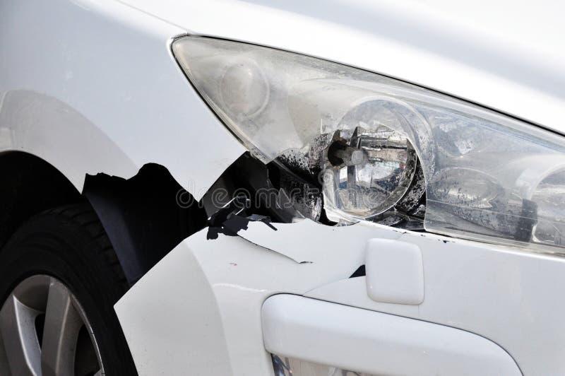 Het gevolg van een autoongeval Beschadigde bumper en hoofdoptica stock afbeeldingen