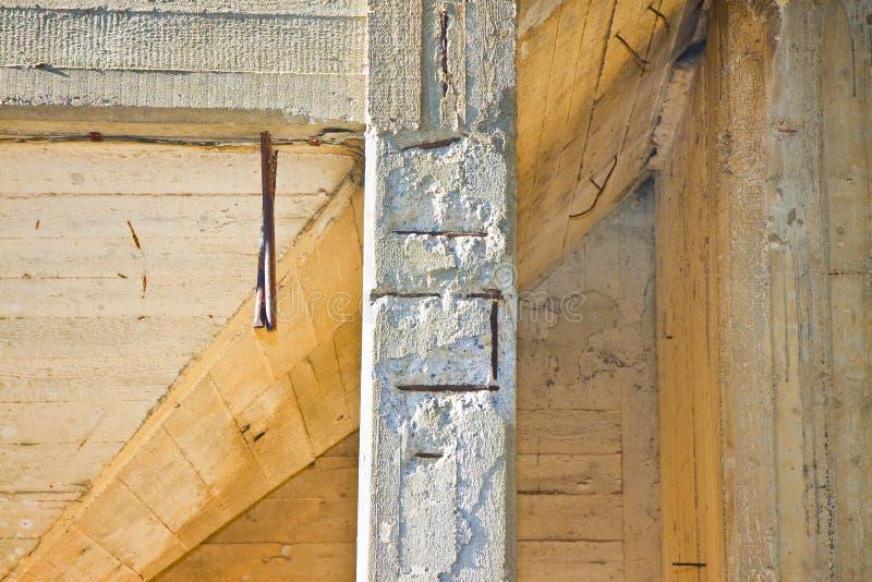 Het gewapende beton met beschadigde en roestige metaal reinforcemen royalty-vrije stock afbeelding