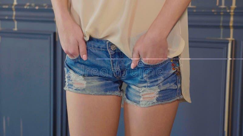 Het gewassenbeeld van jong tienermeisje die haar houden dient poket borrels in stock foto