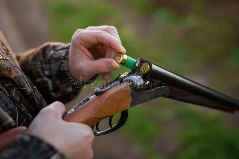 Het geweer van de jagerslading stock fotografie
