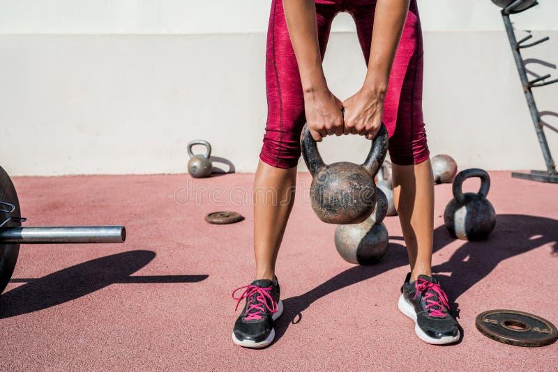 Het gewicht van het de vrouwengewichtheffen van de geschiktheidsgymnastiek kettlebell stock fotografie