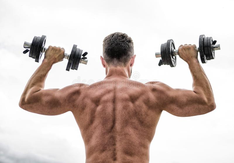 het gewichtheffen van de mensensportman stero?den Fitness en sportmateriaal Spier achtermens die in ochtend met barbell uitoefene stock fotografie