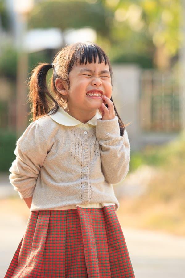 Het gezicht van Aziatische kinderen toont toothy gezicht grappige emotie royalty-vrije stock afbeeldingen