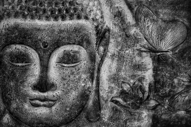 Het gezicht van Boedha van het muurbeeld, zwart-wit beeld stock foto's