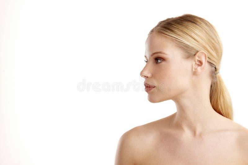 Het gezicht van het close-upprofiel van het mooie jonge vrouw stellen bij geïsoleerde witte achtergrond stock foto's