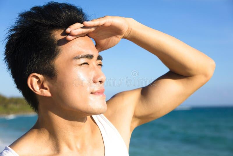 Het gezicht van de close-up jonge mens onder de zomerhittegolf royalty-vrije stock fotografie