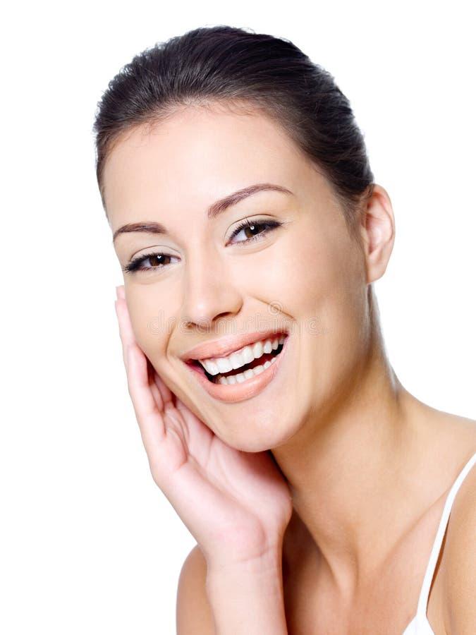 Het gezicht van de gelukkige vrouw met schone huid stock afbeeldingen