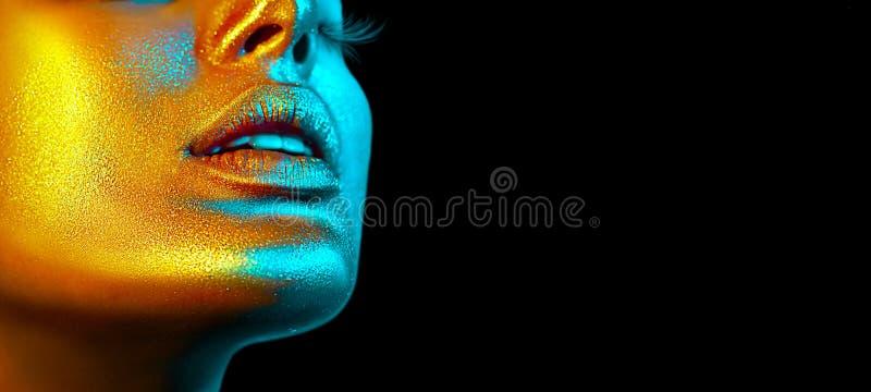 Het gezicht van de mannequinvrouw in heldere fonkelingen, kleurrijke neonlichten, mooie sexy meisjeslippen Het in gloeien gouden  royalty-vrije stock foto's