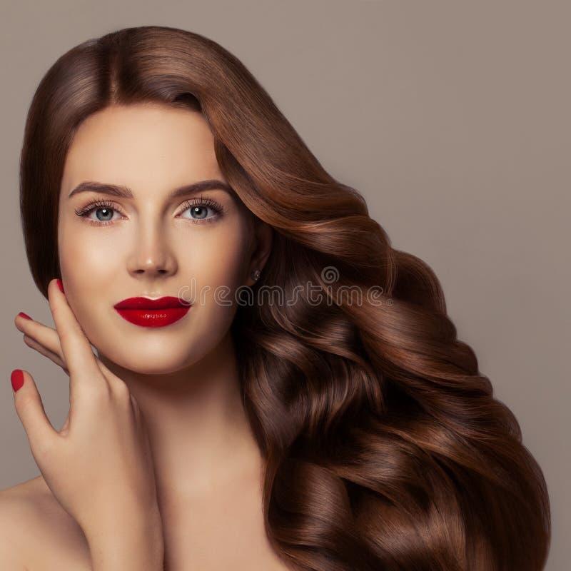 Het gezicht van de roodharigevrouw Modieus modelmeisje met gember krullend haar royalty-vrije stock afbeeldingen