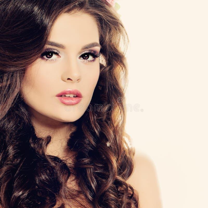 Het Gezicht van de schoonheid Mooie Donkerbruine Vrouw met Make-up en Krullend Haar stock foto's
