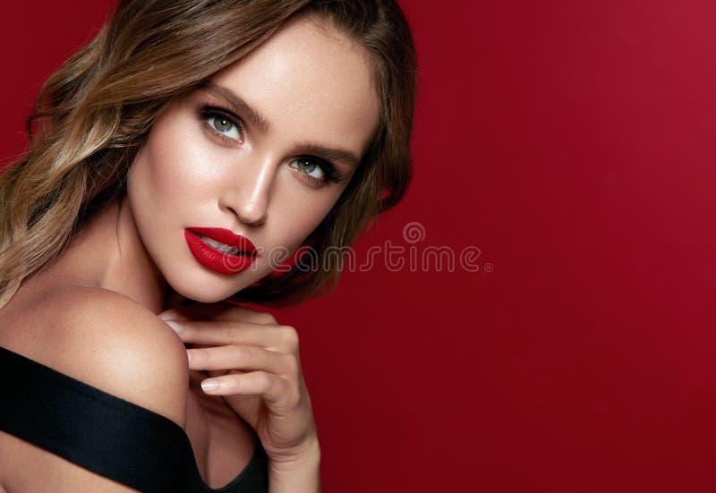 Het Gezicht van de schoonheid Mooie Vrouw met Make-up en Rode Lippen royalty-vrije stock afbeelding