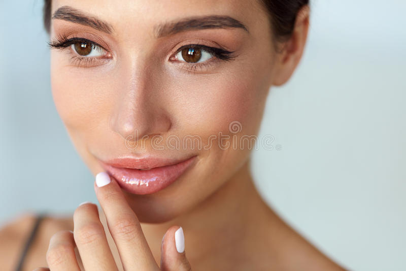 Het Gezicht van de schoonheid Mooie Vrouw wat betreft Lippen met Lippenpommade  stock foto