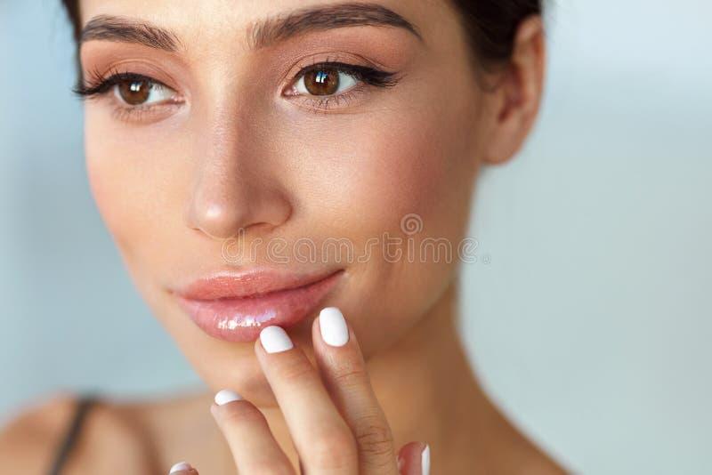 Het Gezicht van de schoonheid Mooie Vrouw wat betreft Lippen met Lippenpommade  stock fotografie