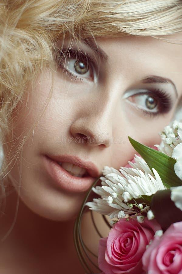 Het gezicht van de schoonheid van de jonge mooie vrouw met bloem. stock fotografie