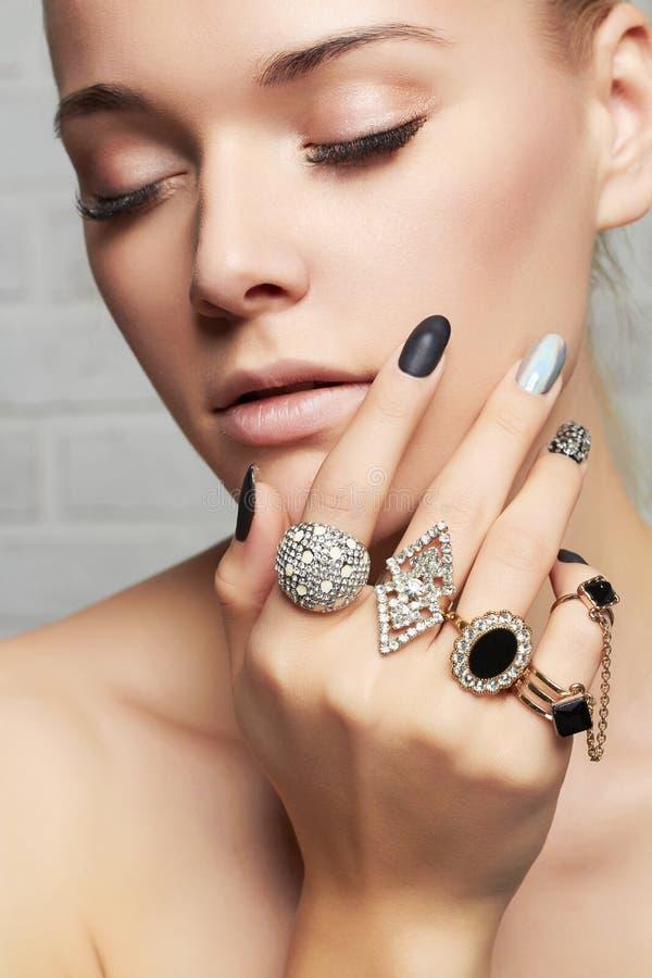 Het Gezicht van de schoonheid Vrouwen` s handen met juwelenringen stock foto's