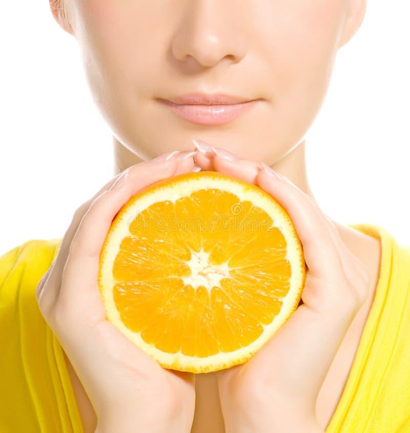 Het gezicht van de vrouw met sappige sinaasappel stock afbeelding