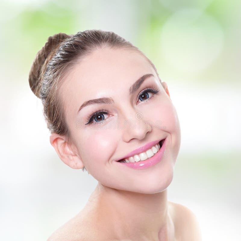 Het gezicht van de vrouwenglimlach met gezondheidstanden sluit omhoog stock afbeelding