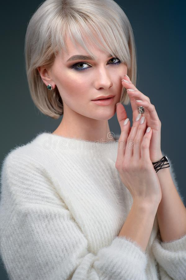 Het Gezicht van de vrouwenschoonheid en de Juwelen Mooie Mannequin Makeup Young Girl maken omhoog en Juwelen op blauwe Achtergron royalty-vrije stock afbeeldingen