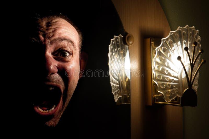 Het gezicht van een gillende mens in de spiegel royalty-vrije stock foto