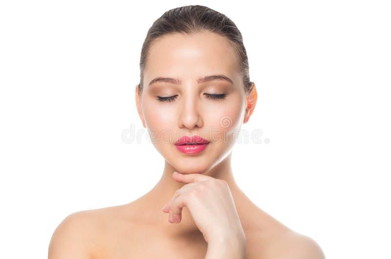 Het gezicht van een mooie vrouw, sluit omhoog portret Kuuroord, make-up, zorg, schoon huidconcept Witte achtergrond stock afbeeldingen