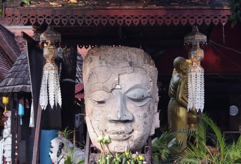 Het gezicht van glimlachboedha in een tempel stock foto's
