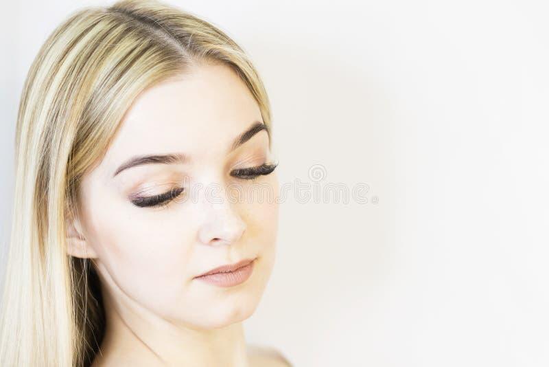 Het gezicht van het meisje is een blonde Close-up Gezichts zorg stock foto's