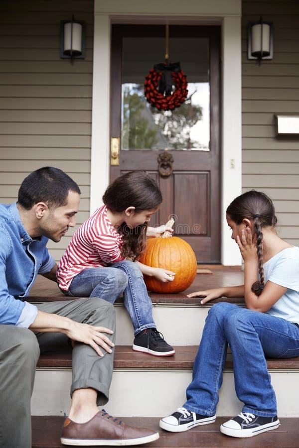 Het Gezicht van vaderand daughters drawing op Halloween-Pompoen stock afbeeldingen