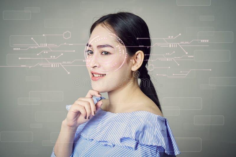 Het gezicht van vrouwen` s gezicht, en een het schermaftasten van de iris om de veiligheid te openen royalty-vrije stock foto's
