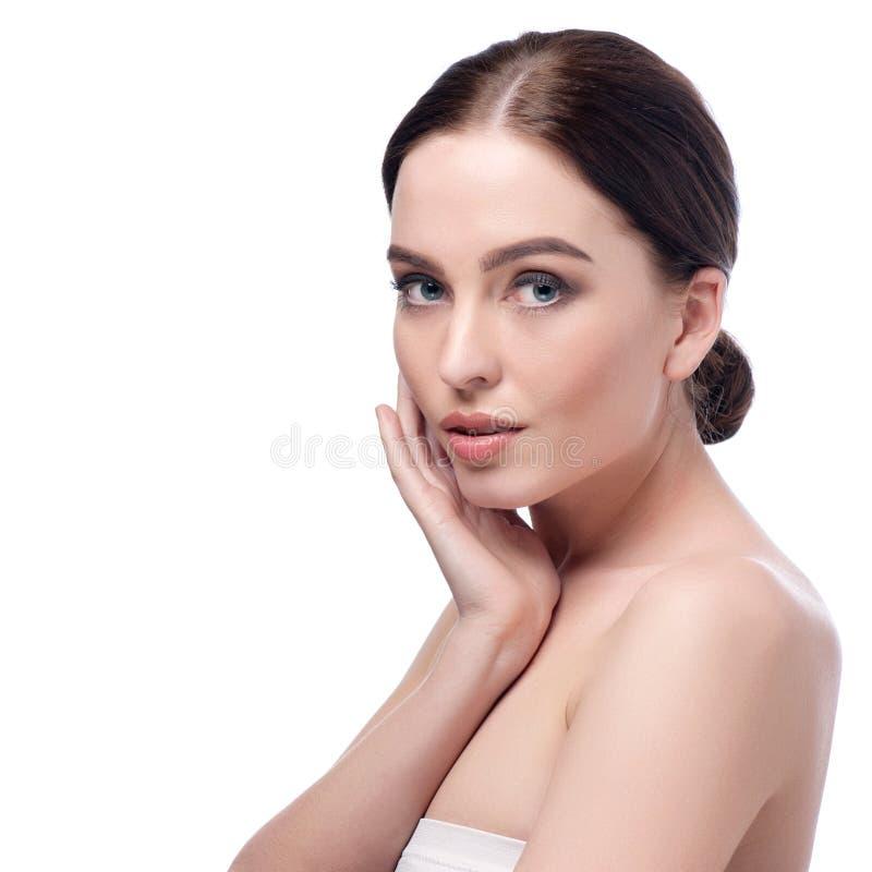 Het gezichtsclose-up van de schoonheidsvrouw Mooi donkerbruin jong kuuroord modelmeisje met perfecte huid De zorgconcept van de h royalty-vrije stock foto's