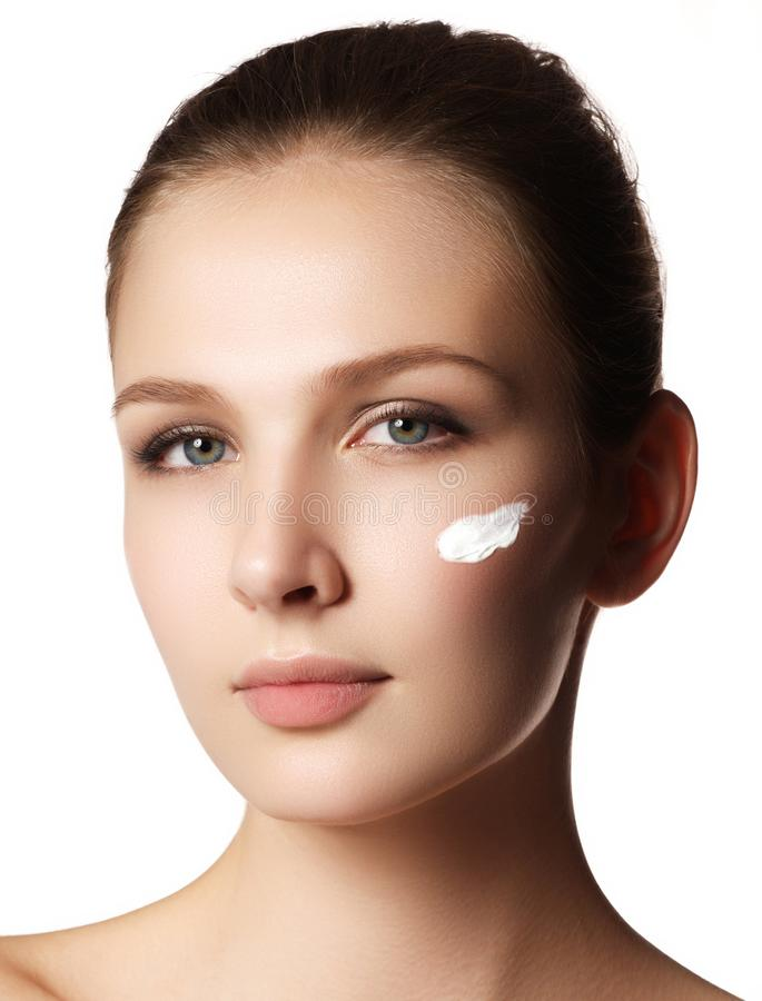 Het gezichtsportret van de schoonheidsvrouw Beautiful spa modelmeisje met perfec stock foto's