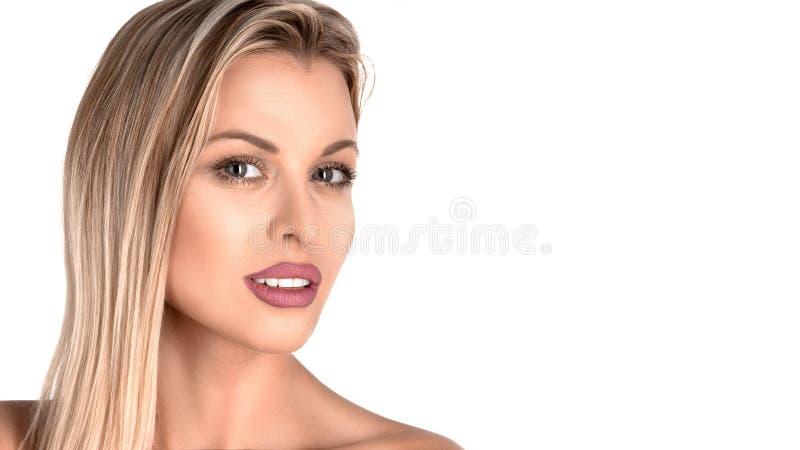 Het gezichtsportret van de schoonheidsvrouw Beautiful spa modelmeisje met perfecte verse schone huid Blondewijfje die camera beki royalty-vrije stock afbeelding