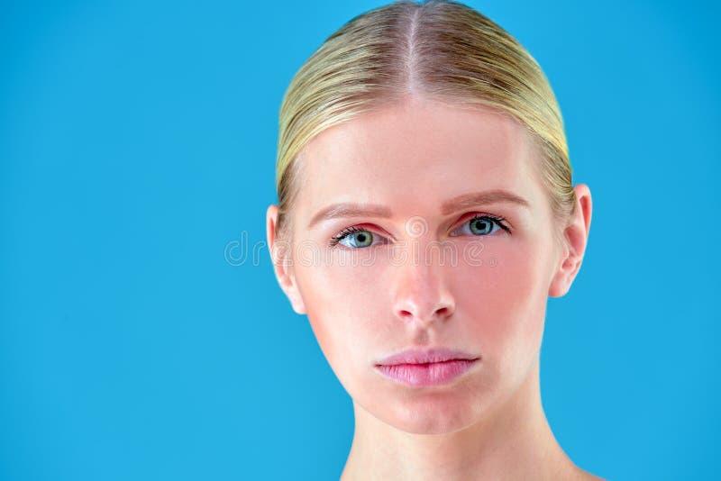 Het gezichtsportret van de schoonheidsvrouw Beautiful spa modelmeisje met perfecte verse schone huid Blondewijfje die camera beki royalty-vrije stock afbeeldingen