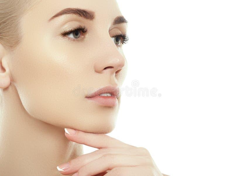 Het gezichtsportret van de schoonheidsvrouw Beautiful spa modelmeisje met perfecte verse schone huid Blondewijfje die camera en h royalty-vrije stock afbeelding