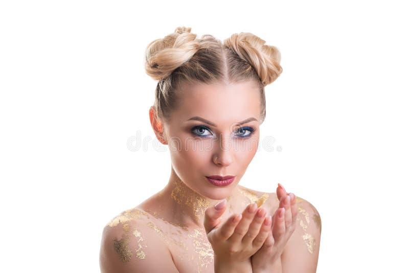 Het gezichtsportret van de schoonheidsvrouw Beautiful spa modelmeisje met perfecte verse schone huid Blondewijfje die camera en h stock afbeelding