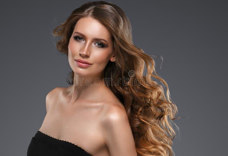 Het gezichtsportret van de schoonheidsvrouw Beautiful spa modelmeisje met perfecte verse schone huid Donkerbruin wijfje die camer royalty-vrije stock foto