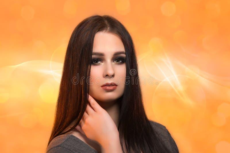 Het gezichtsportret van de schoonheidsvrouw met schone verse huid op oranje blure royalty-vrije stock foto