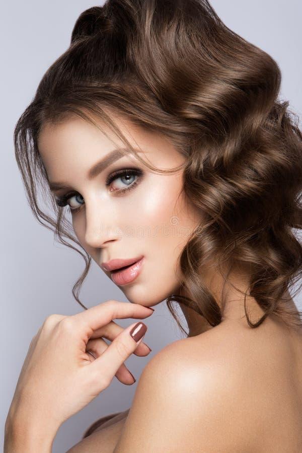Het gezichtsportret van de schoonheidsvrouw Mooi modelGirl met Perfecte Verse Schone Huid royalty-vrije stock foto